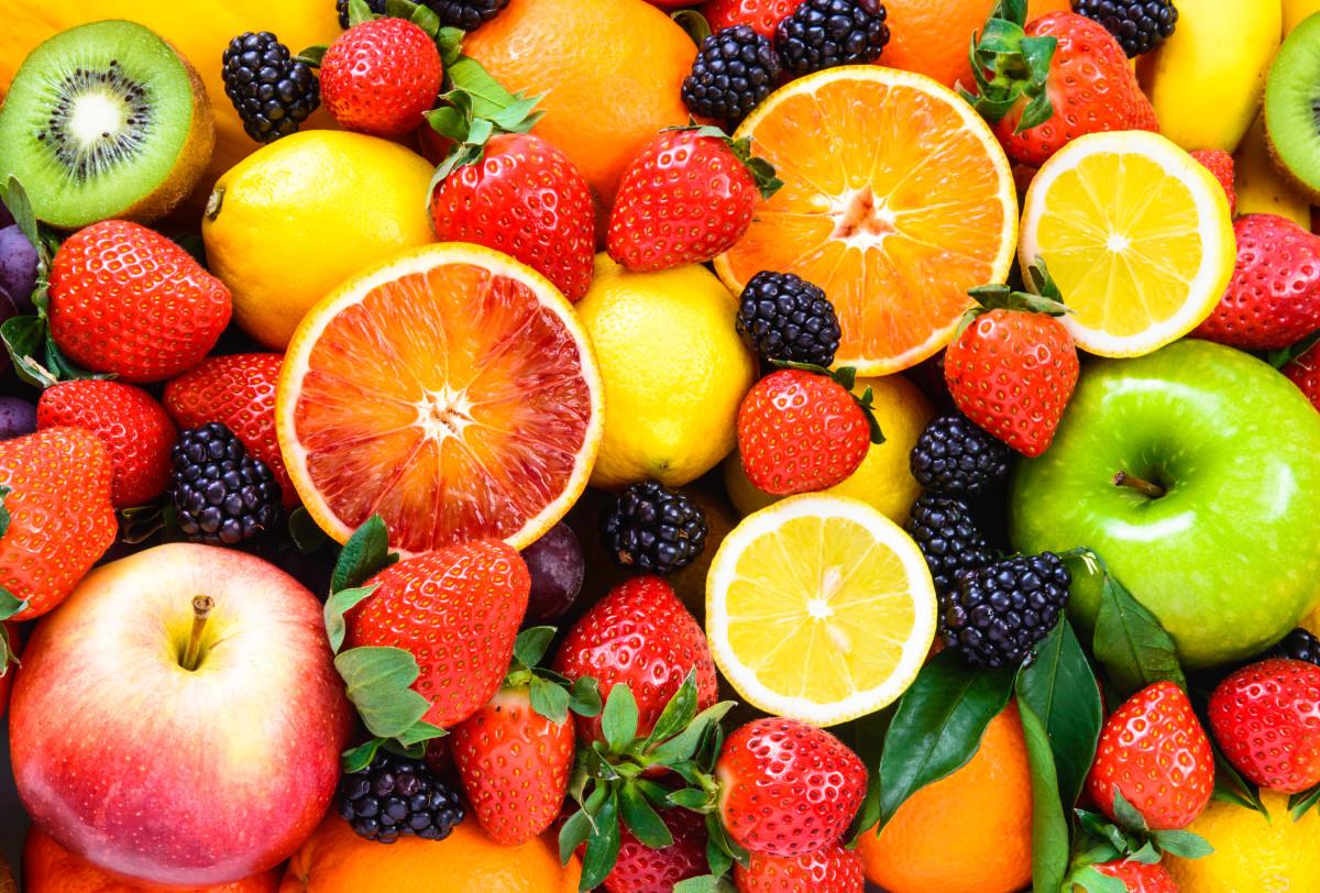 composition de fraises, pommes, oranges, mûres et kiwis